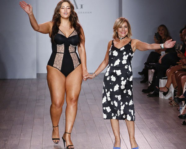 Ashley Graham no desfile de sua linha de lingerie no NYFW (Foto: Getty Images)