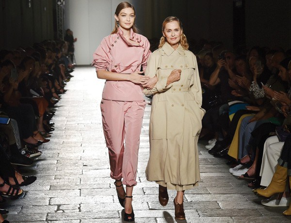 Gigi Hadid e Lauren Hutton na Bottega Veneta (Foto: Getty Images)